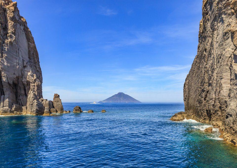 Alla scoperta delle isole Eolie in Catamarano