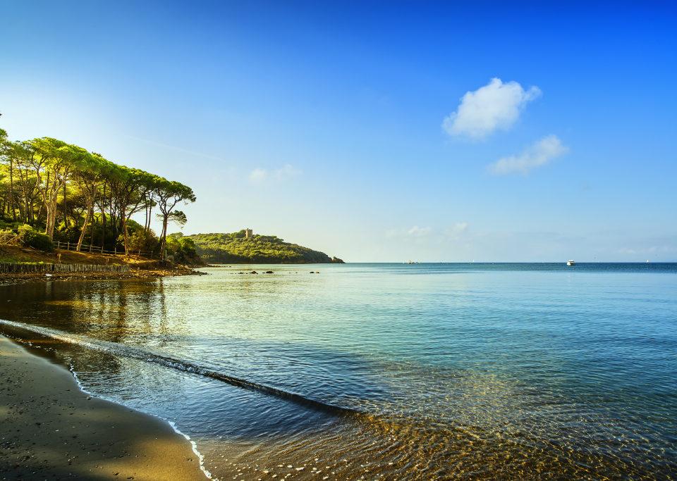 Spiaggia di Punta Ala partenza per Vacanza in Catamarano Elba